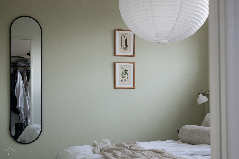 Moderni peili antaa raamia makuuhuoneeseen