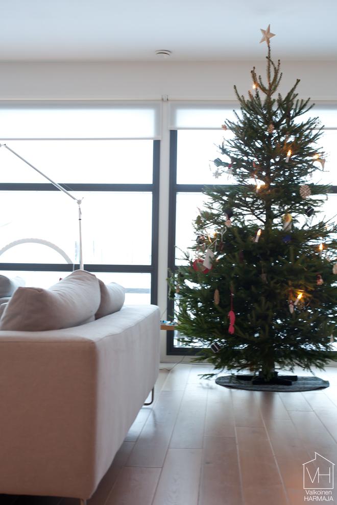 joulukuusi_koristeltu